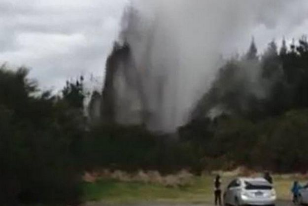 Wai-o-tapu mud explosion